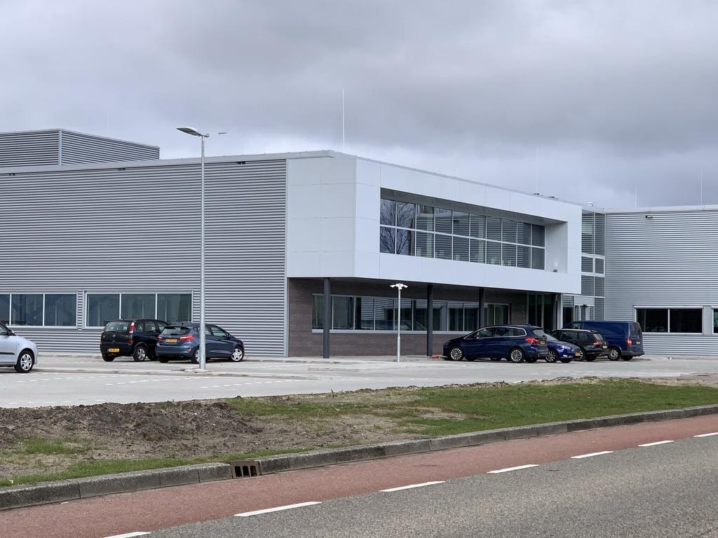 De nieuwbouw naast het bestaande bedrijfspand