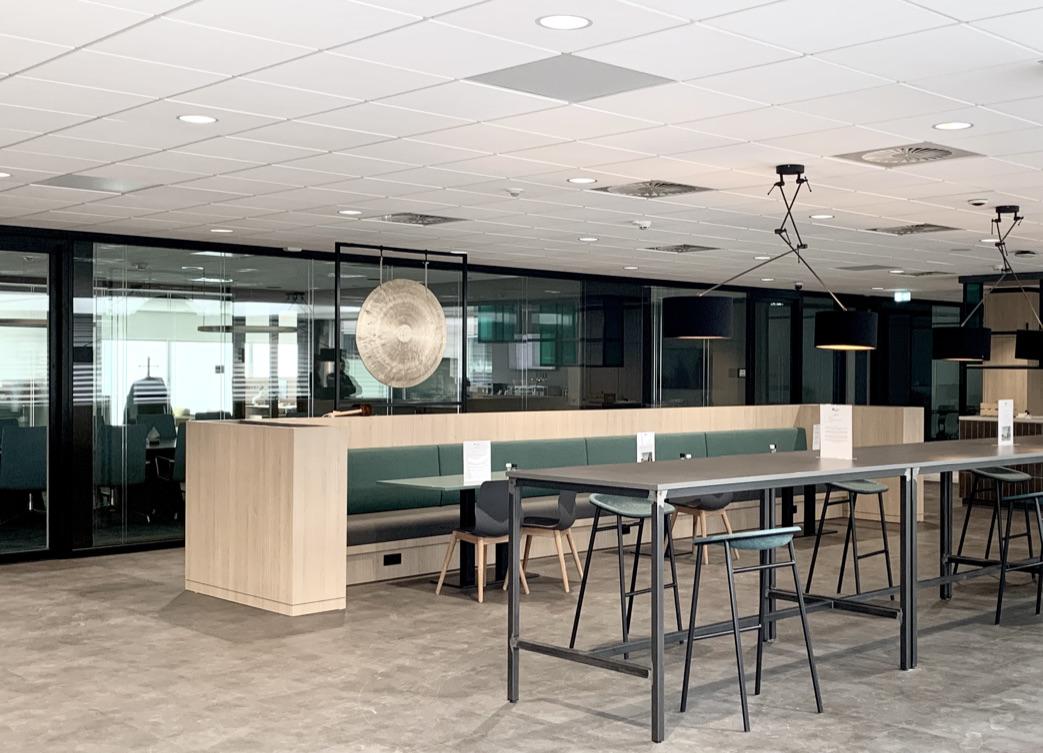 Coffee corner voor informeel overleg en tevens pauze ruimte voor bezoekers van het auditorium
